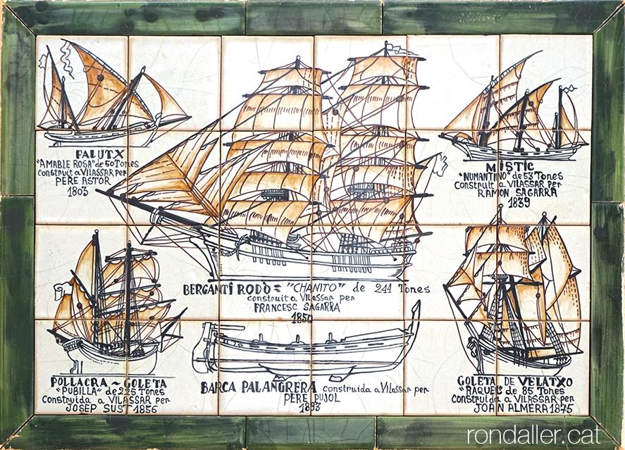 Plafó ceràmic amb embarcacions construïdes al segle XIX a les drassanes de la població.
