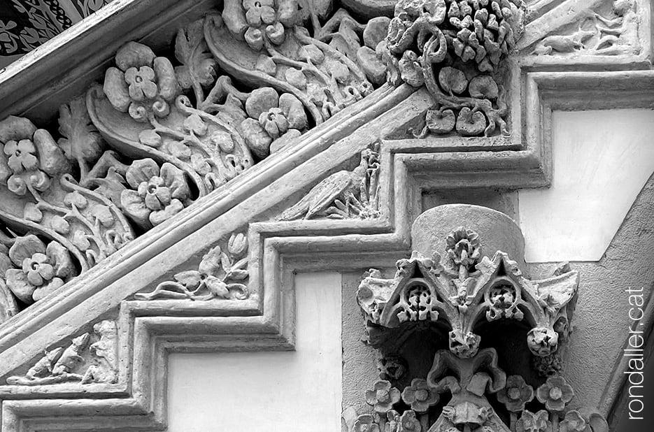 Relleus escultòrics modernistes realitzats per Eusebi Arnau i Alfons Juyol.