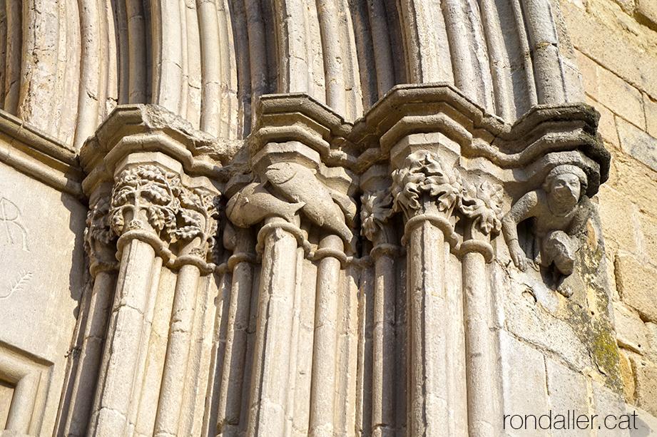 Detall dels capitells de la portalada gòtica de l'església de Santa Maria de Blanes (La Selva).
