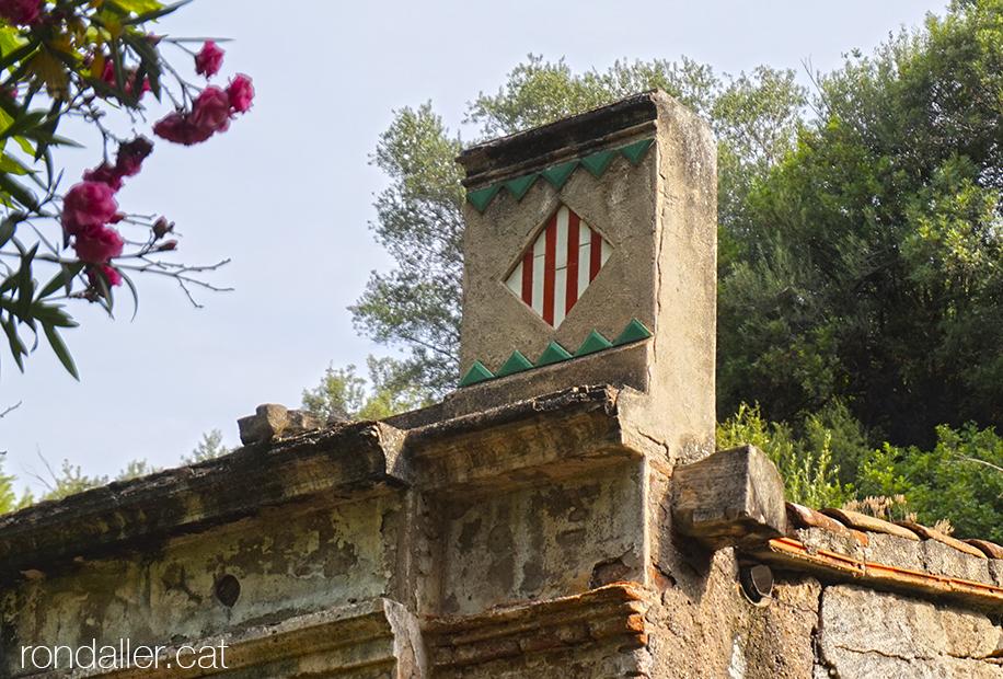 Decoració amb l'escut de Catalunya fet de rajoles al balneari de la Puda de Montserrat a Esparraguera.