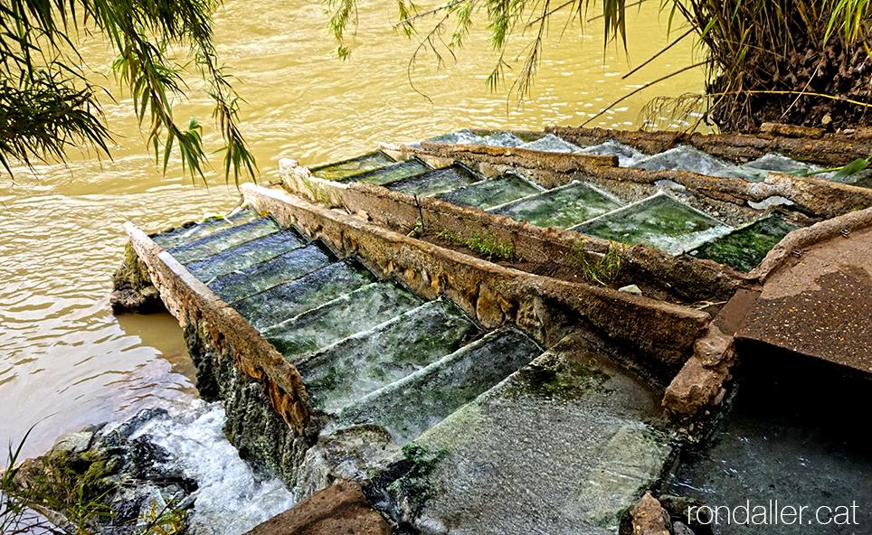 Les aigües del balneari de la Puda de Montserrat desguassen directament al riu Llobregat.