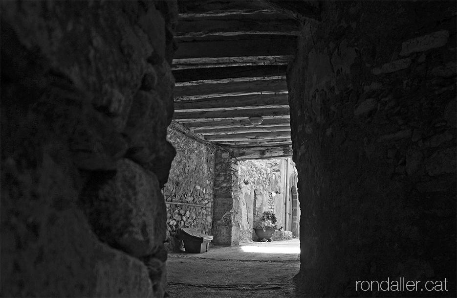 Itinerari per Vilaller. Interior d'un carreró medieval cobert.