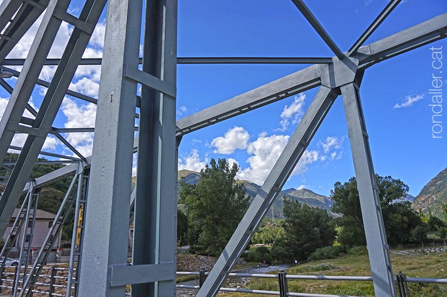 Itinerari per Vilaller. Pont nou de ferro damunt el Noguera Ribagorçana, construit el 1964.