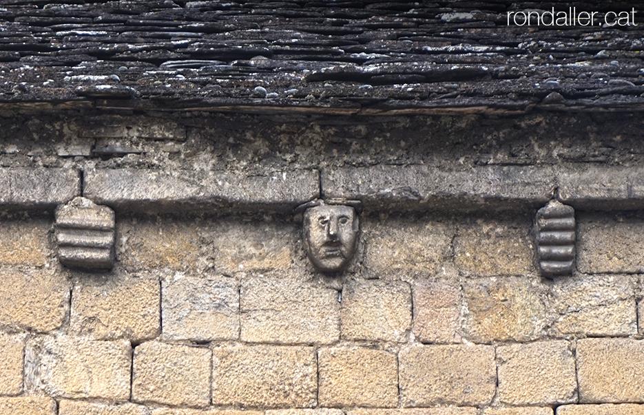 Visita a Bossòst (Vall d'Aran). Decoració sota la teulada de l'església dera Mair de Diu dera Purificació.