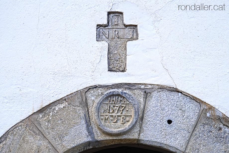 Visita a Bossòst (Vall d'Aran). Llinda de la capella de la Mair de Diu dera Pietat.