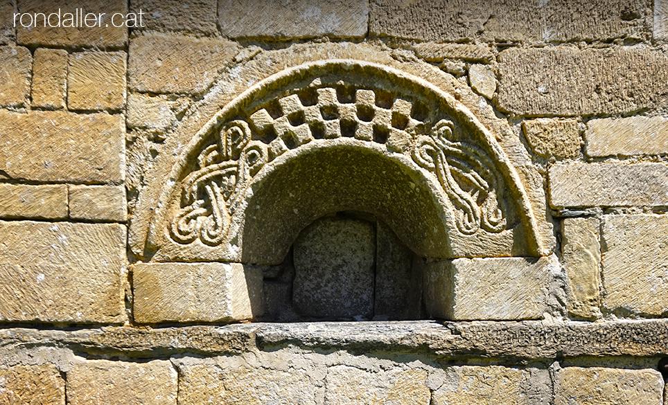 Església de Sant Fèlix de Vilac a la Vall d'Aran. Decoració en relleu d'una finestra
