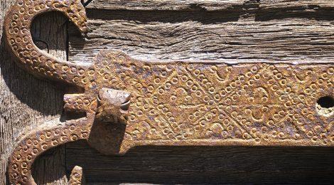 Església de Sant Fèlix de Vilac a la Vall d'Aran. Detall del forrellat de la porta.