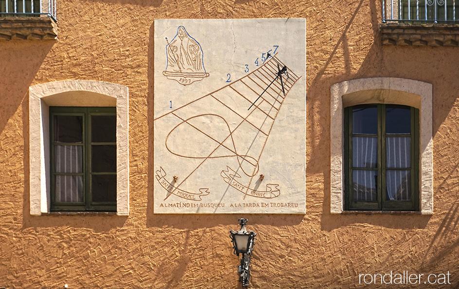 Itinerari per Torà, Segarra, Vall del Llobregós. Rellotge de sol de la Casa de les Monges.