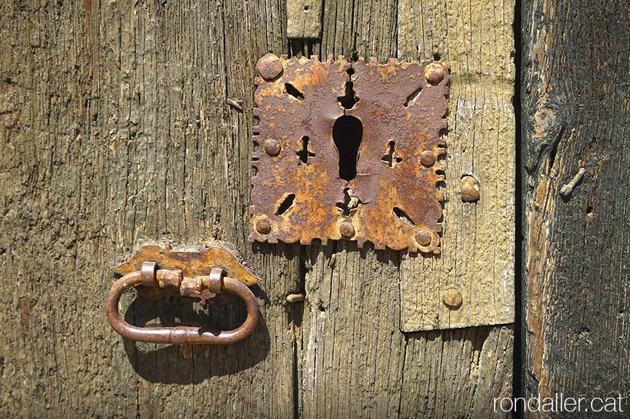 Pany i forrellat a la porta de l'església de Sant Gil, Segarra, Vall del Llobregós.