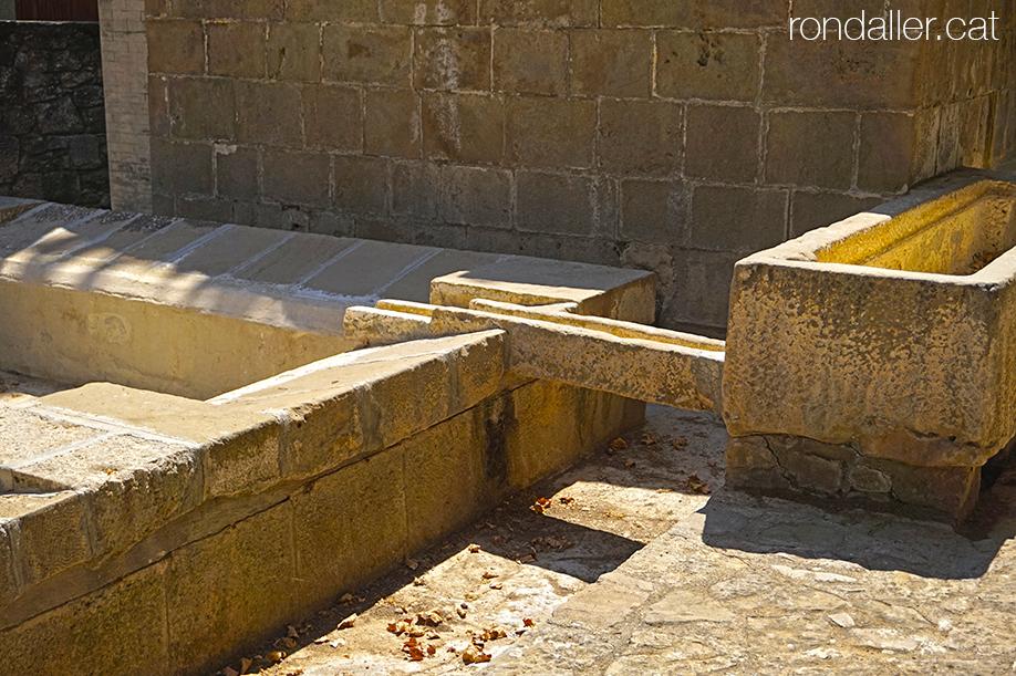 Abeuradors i safareig de pedra de la Font de la Vila, Segarra, Vall del Llobregós.
