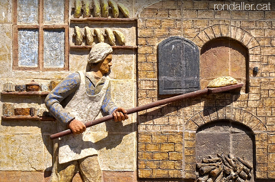 Itinerari per Torà, Segarra, Vall del Llobregós. Mosaic a la façana d'un forn, realitzat pel ceramista Enric Orobitg.