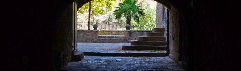 Itinerari per Torà, Segarra, Vall del Llobregós. Vista de la plaça de Jaume Coberó, des d'un pas cobert.