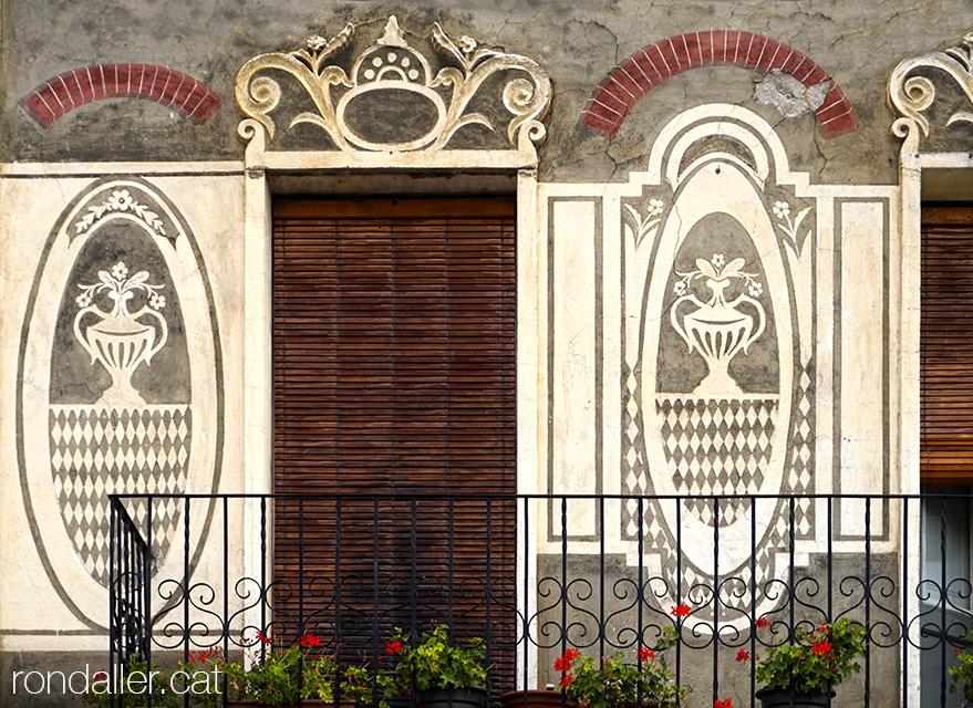 Vila d'Alàs a l'Urgellet (Alt Urgell). Esgrafiats a la façana de Can Dolcet, realitzats el 1933 per Pere Ribes.