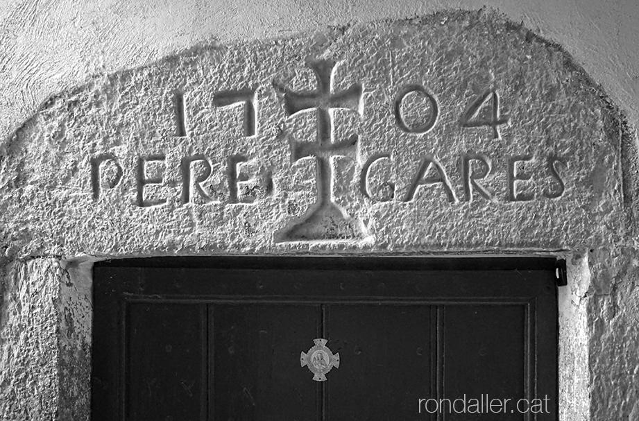 Itinerari per Alàs a lUrgellet. (Alt Urgell). Llinda de pedra del segle XVIII amb una creu doble o creu d'Anjou.