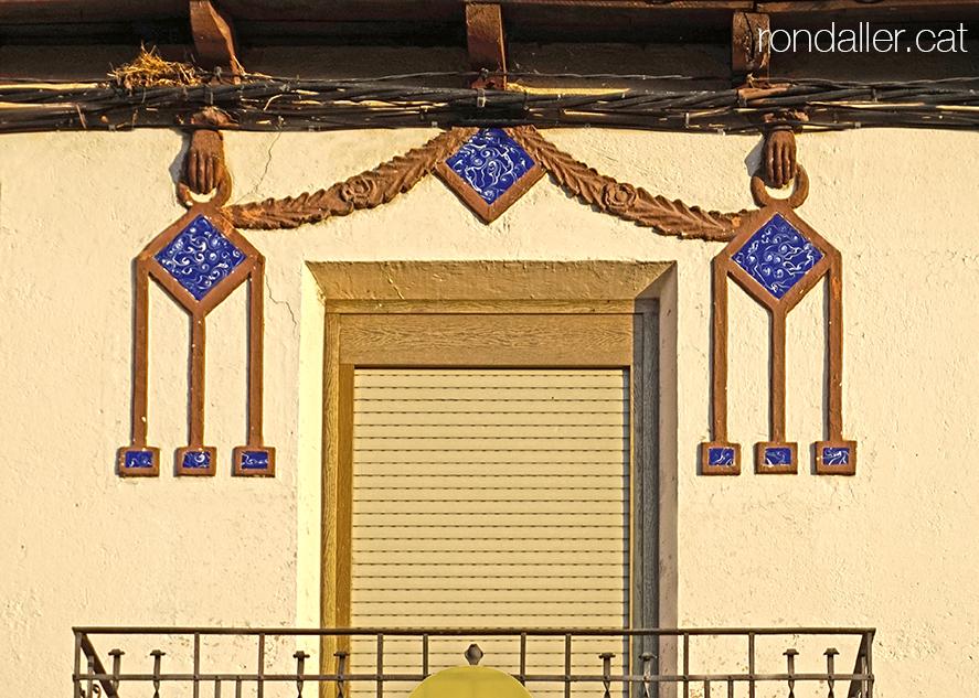 Vila d'Alàs a l'Urgellet (Alt Urgell). Decoració dels anys trenta al balcó de Cal Bonet.