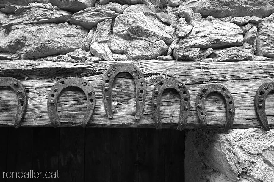 Llinda de porta decorada amb ferradures com a element protector contra els mals esperits.