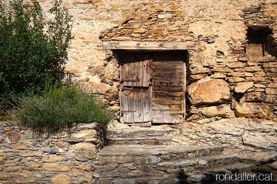 Porta antiga en una casa al centre medieval d'Estamariu a l'Urgellet, Alt Urgell.