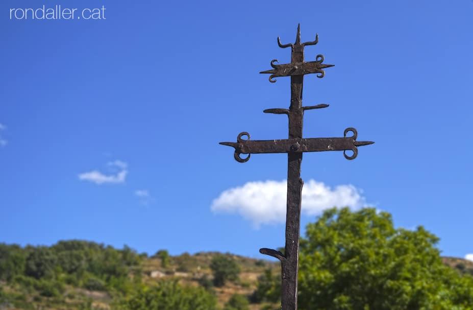 Visita a Estamariu a l'Urgellet, Alt Urgell. Creu de terme al cementiri de l'església de Sant Vicenç.