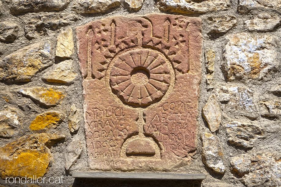 Itinerari per Alàs a lUrgellet (Alt Urgell). Dovella del segle XVIII amb el relleu d'una custòdia.