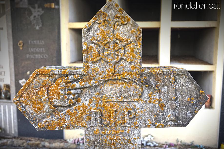 Creu de pedra amb inscripcions al cementiri de la vila d'Alàs a l'Urgellet (Alt Urgell).