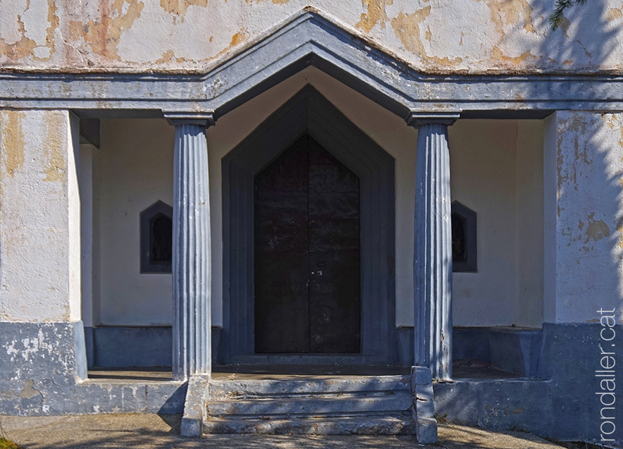 Portalada de l'ermita de Sant Antoni del Tossal, al municipi d'Alàs i Cerc a l'Urgellet.