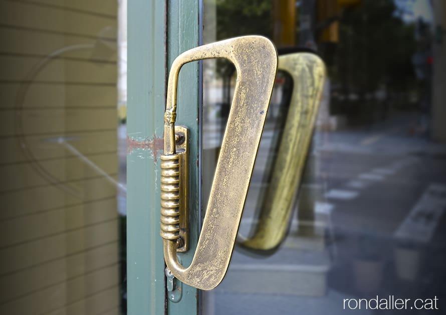 Agafador de la porta de l'antic restaurant Miami de Manresa, construït els anys cinquanta en estil art-déco.