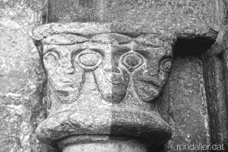 Capitell tricèfal a la portalada gòtica de Sant Miquèu de Vielha a la Vall d'Aran