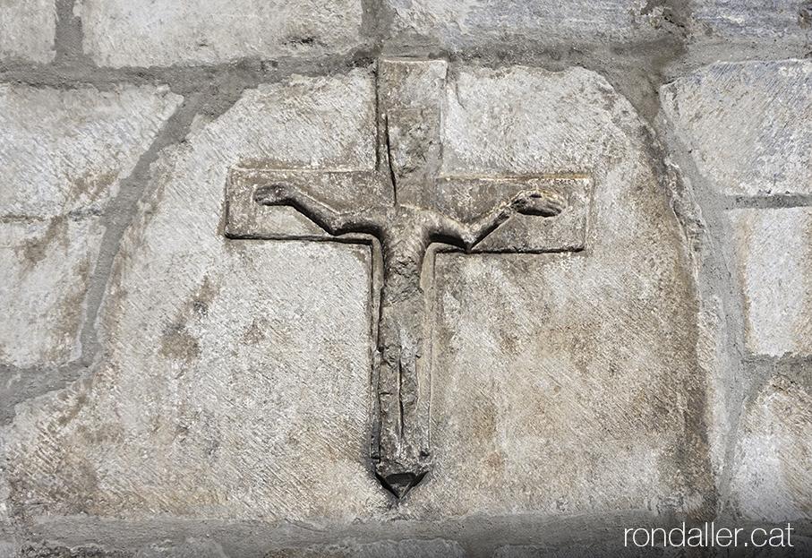 Crucifixió romànica a Sant Miquèu de Vielha a la Vall d'Aran.