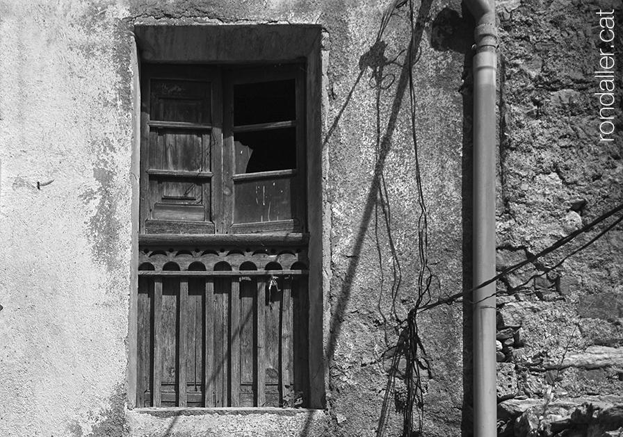 Antiga finestra damunt el Cobert de Micaló, un dels portals medievals de la vila.