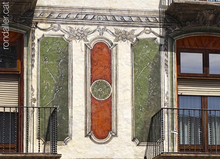 Primer itinerari per la Seu d'Urgell (Alt Urgell). Façana de Can Fiter amb pintures murals.