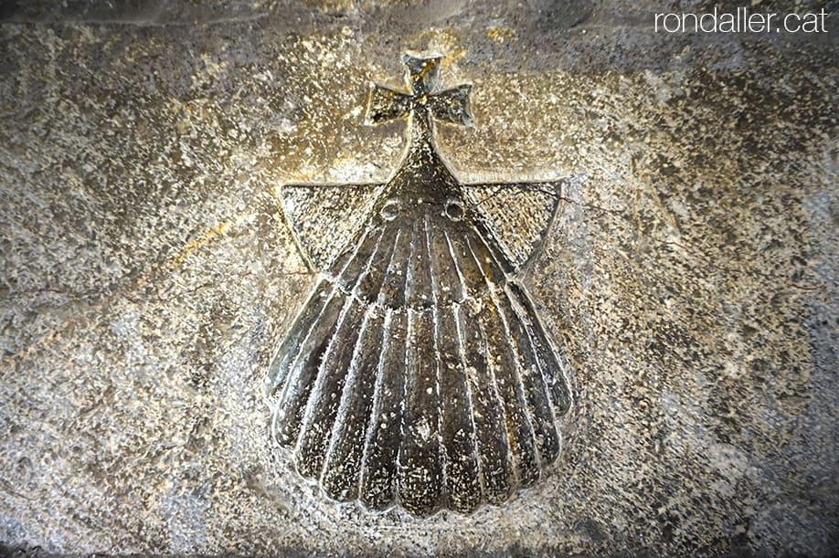 Primer itinerari per la Seu d'Urgell (Alt Urgell). Petxina esculpida a la porta de Cal Roger.