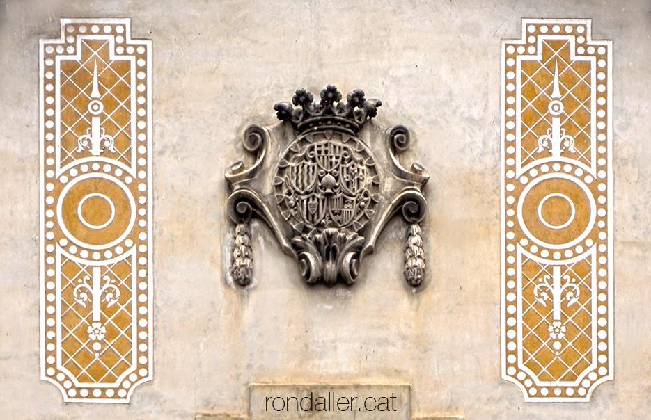 Primer itinerari per la Seu d'Urgell (Alt Urgell). Escut de la Caixa d'Estalvis a Cal Mossèn Andreu.