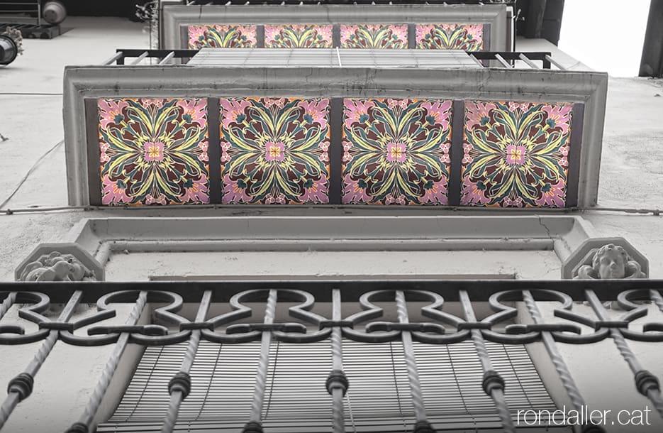 Primer itinerari per la Seu d'Urgell (Alt Urgell). Decoració de rajoles sota uns balcons del carrer Major.