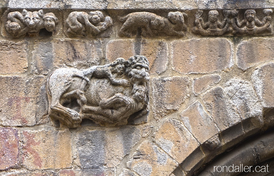 Detall escultòric a la porta principal de la catedral romànica de la Seu d'Urgell (Alt Urgell).
