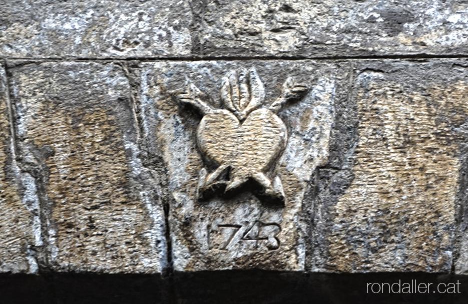 Relleu del sagrat cor a l'entrada de l'antiga capella de Sant Agustí de la Seu d'Urgell (Alt Urgell).