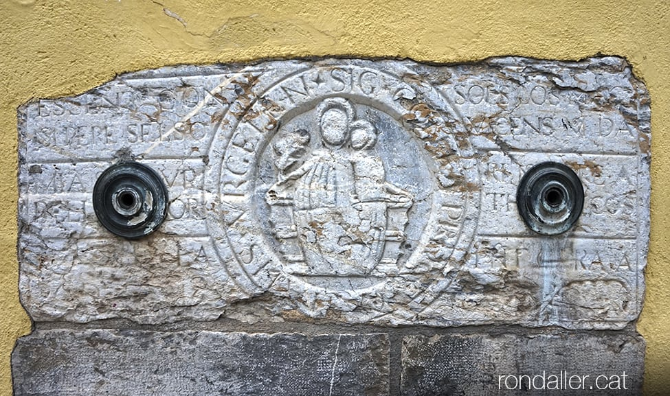 Font del carrer Capdevila, amb el relleu de la Mare de Déu amb l'Infant.