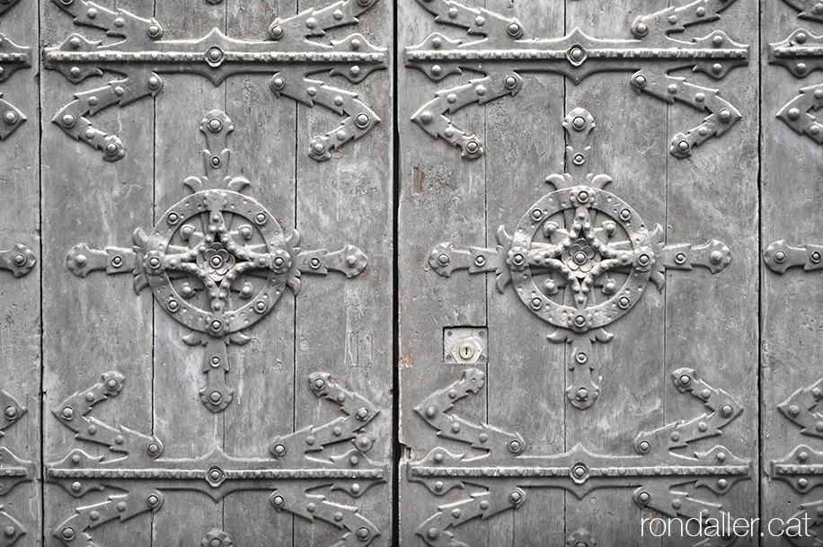 Primer itinerari per la Seu d'Urgell (Alt Urgell). Detall de les portes del Palau Episcopal.