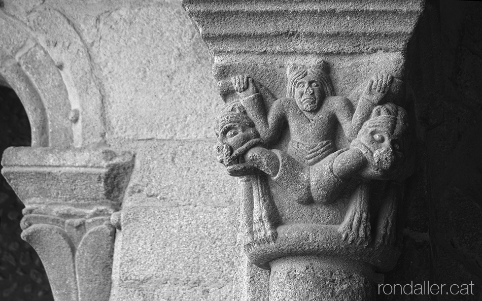 Dos lleons menjant les cames d'un personatge en un capitell del claustre.