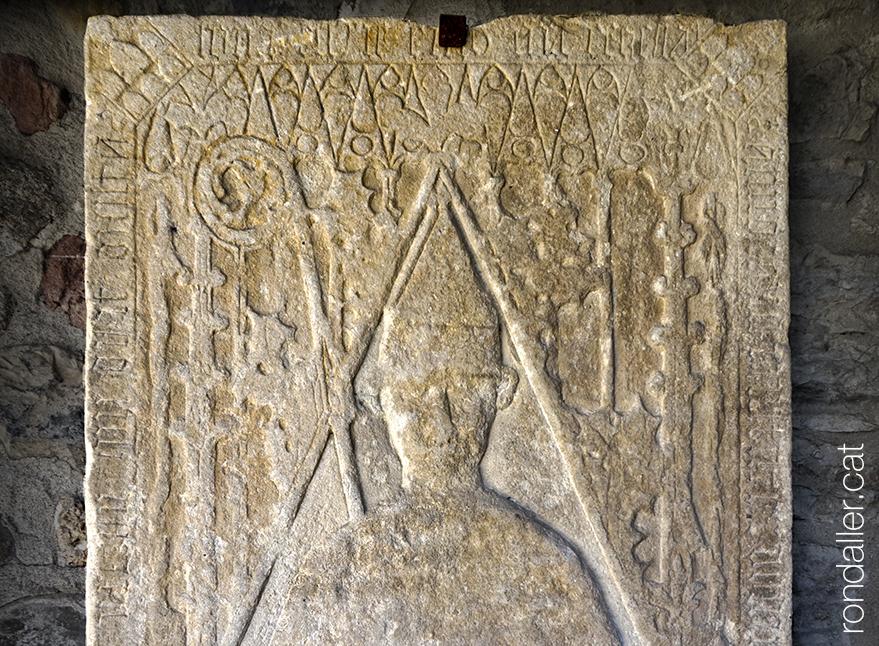Llosa sepulcral d'un bisbe al claustre.