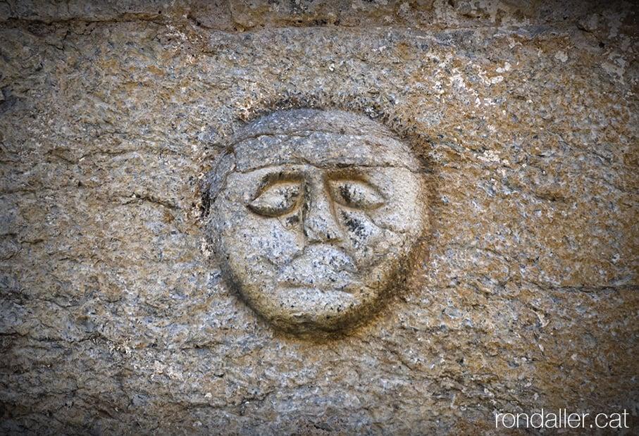Carota esculpida a la façana de l'església de Santa Coloma d'Arsèguel, al Baridà (Alt Urgell).