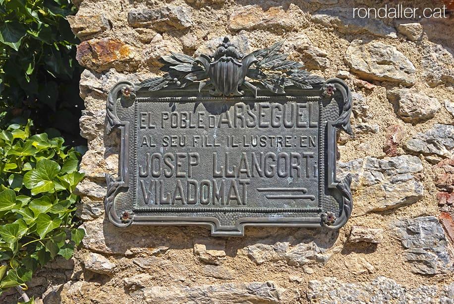 Visita a Arsèguel, al Baridà (Alt Urgell). Placa commemorativa en record de Josep Llangort, metge del poble.