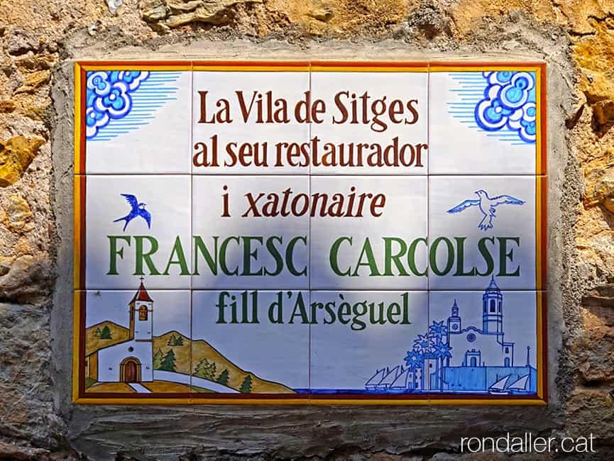 Visita a Arsèguel, al Baridà (Alt Urgell). Placa ceràmica en honor a Francesc Carcolse.