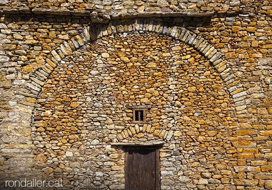 Visita a Arsèguel, al Baridà (Alt Urgell). Arcada encastad en un mur de pedra, suposadament pertanyent a l'antic castell.