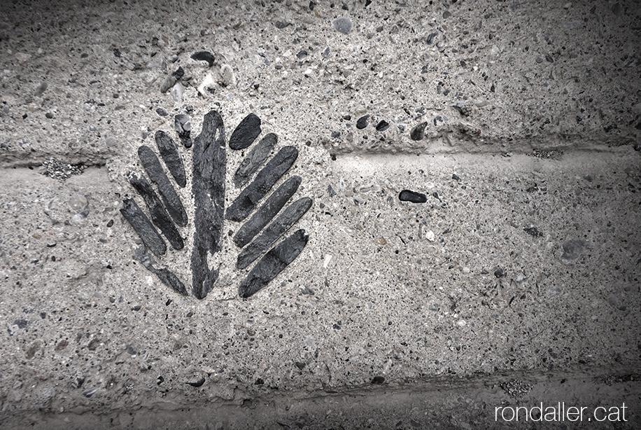 Història d'Organyà, Alt Urgell. Detall decoratiu realitzat amb pedres al paviment del carrer Vilanova.