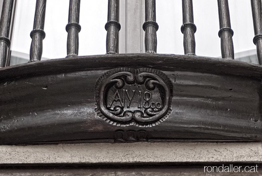 Història d'Organyà, Alt Urgell. Detall de la data 1800 gravada en un balcó de fusta de la vila.