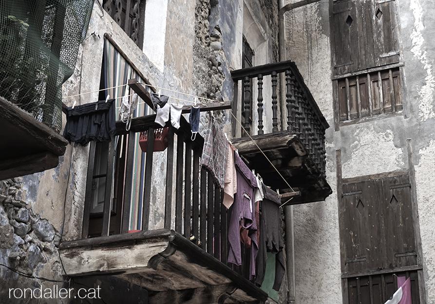 Antics balcons de fusta amb la roba estesa al carrer del Sol. Alt Urgell.