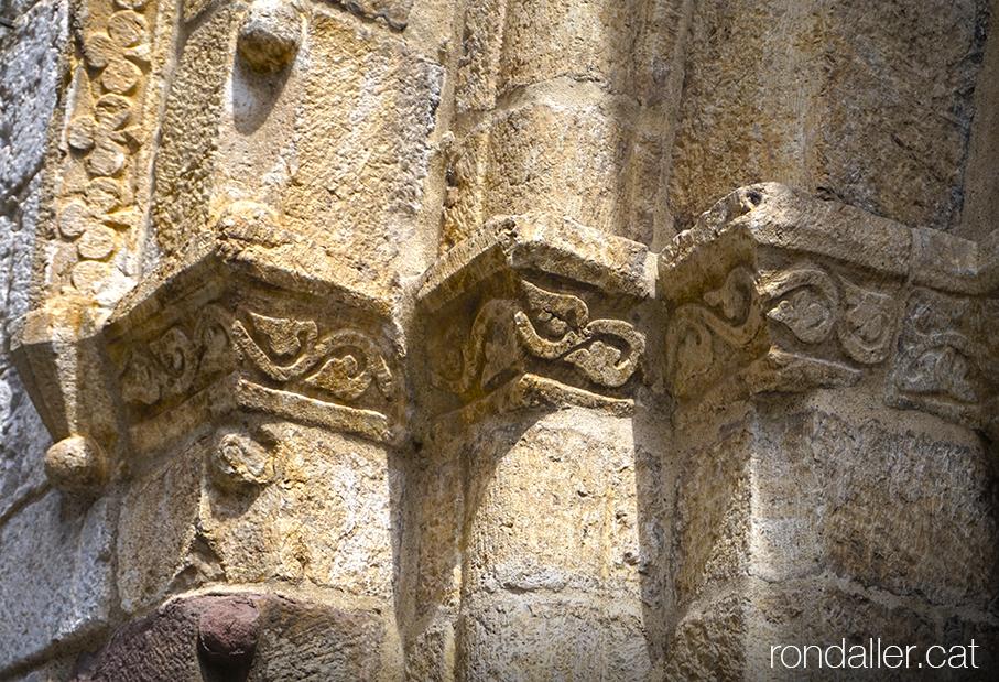 Història d'Organyà. Detall de la portalada de l'església de Santa Maria, Alt Urgell.