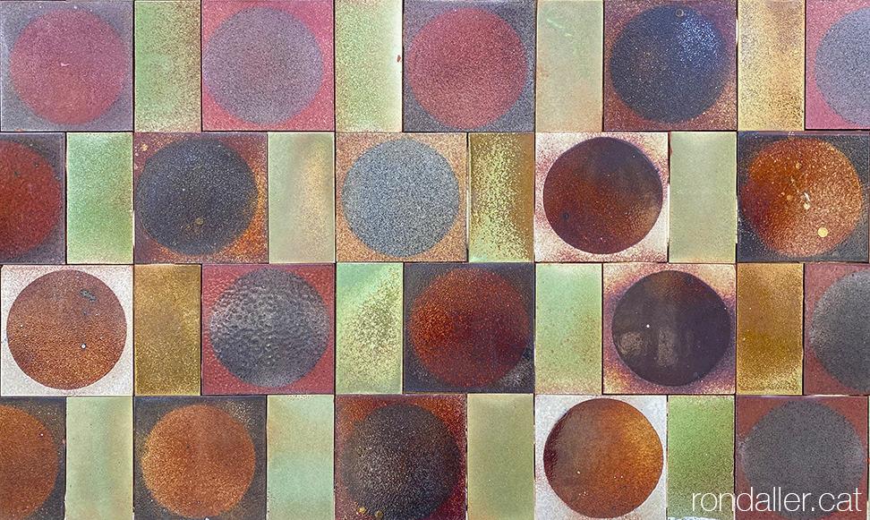 Mosaic de rajoles a la façana del restaurant La doncella de la Costa de Badalona.