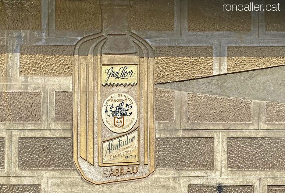Antics rètols comercials. Ampolla de Gran Licor Alentador, esgrafiada a Montgat.