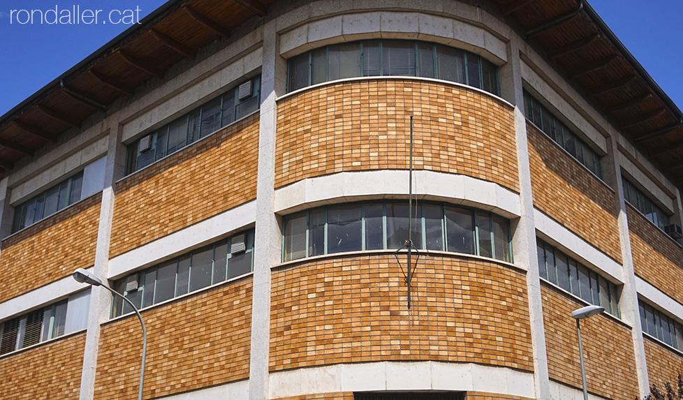 Segon itinerari per la Seu d'Urgell (Alt Urgell). Edifici de Telefònica amb una façana de maó vist i ciment.